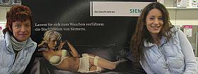Gundi Wütherich und Carmen Marini vor der Black Edition-Serie