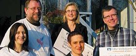 Betina Sauter (vorne in der Mitte) von Kurz Silosysteme übergibt die Spenden.